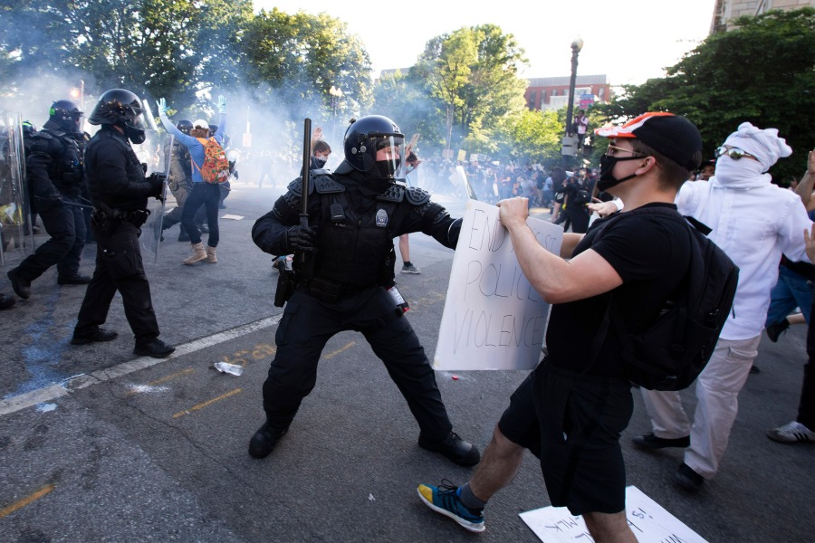 Police officers clash with protestors near the White House on June 1, 2020 as demonstrations against George Floyd's death continue.(Photo by JOSE LUIS MAGANA/AFP via Getty Images)
