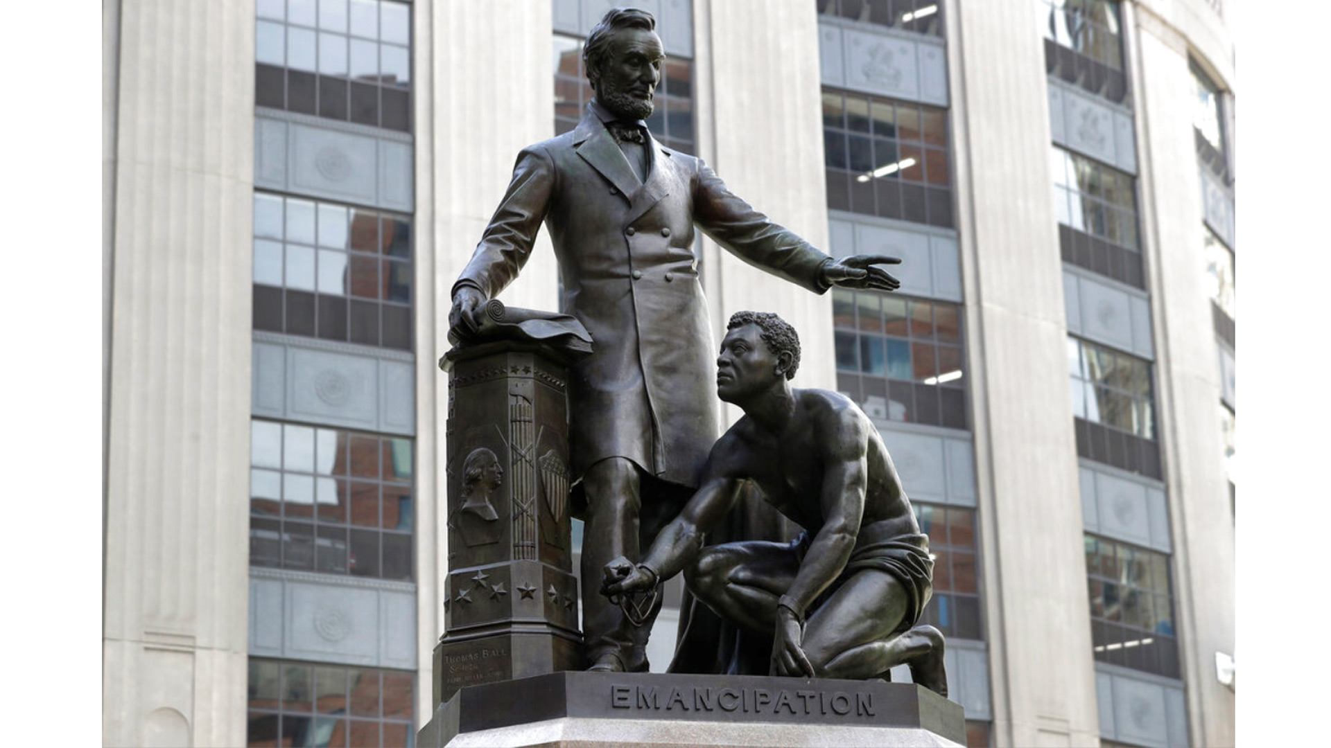 Statue of slave kneeling before Lincoln