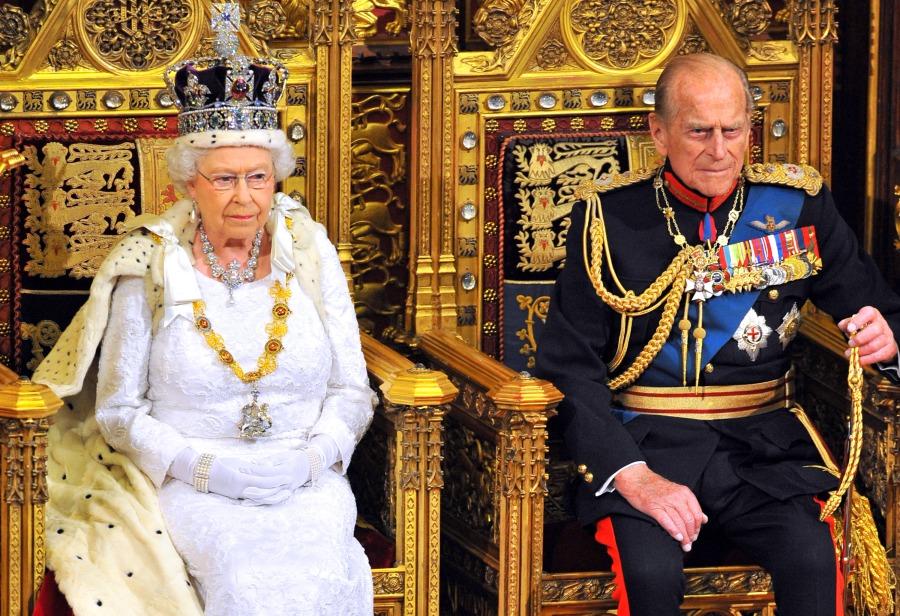 La reina Isabel II se sienta con el príncipe Felipe, duque de Edimburgo, mientras pronuncia su discurso durante la apertura estatal del Parlamento en la Cámara de los Lores en el Palacio de Westminster el 4 de junio de 2014 en Londres, Inglaterra. (Foto de Ray Collins - WPA Pool / Getty Images)