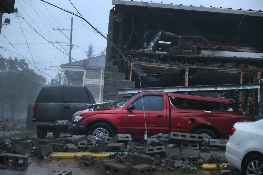 Vehicles are damaged after the front of a building collapsed during Hurricane Ida in New Orleans, Louisiana. (Photo by Scott Olson/Getty Images)