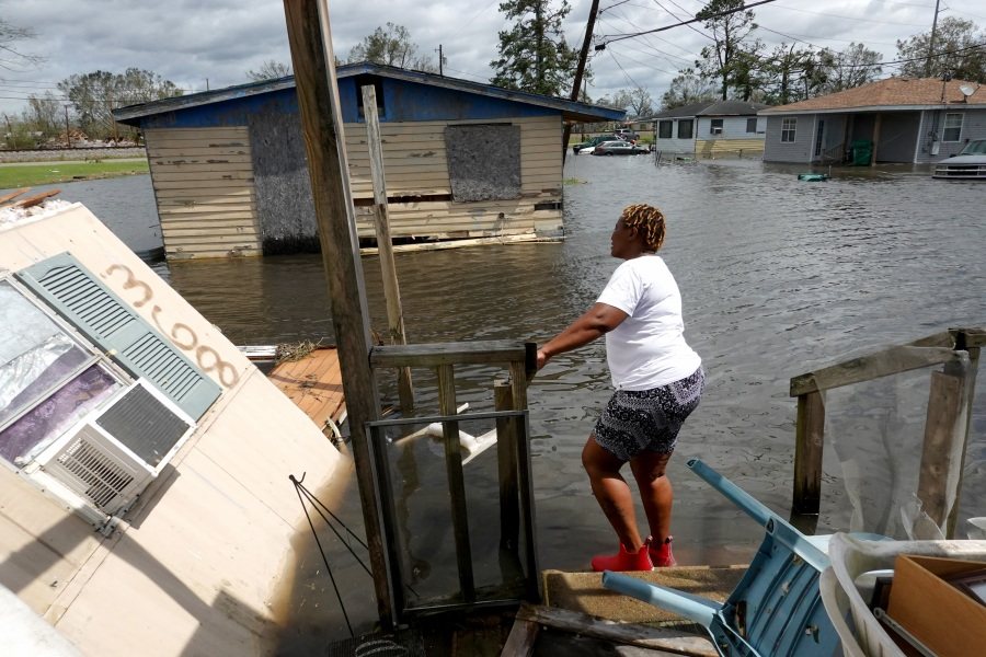 Dina Lewis rescues items from her home after it was destroyed by Hurricane Ida in Laplace, Louisiana. (Photo by Scott Olson/Getty Images)